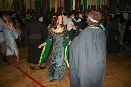 Jeste jedna fotka z uzasneho fantasy plesu! Tady uz tancim se svym nejlepsim kamaradem trpaslikem (i kdyz spise trpaslici!) he-he)