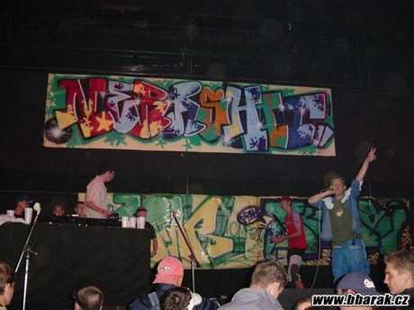 jedna z prvnich akci do kery sem fusoval.. Zlomenej Waz /nyni ZW Cirkus/, za gramcema Maztah a ja vzadu cervenej xiltovce omrkavam graffiti battle..