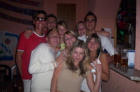 Tak tohle je oslava 18-cek Kubíka;)))A kolem mě je mooc milovanejch zlatíček..Pája,Niki,Raky,Anetka,Domča atd.....