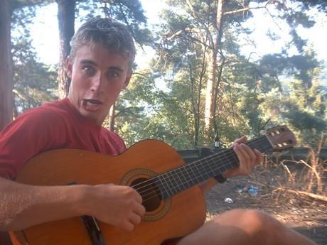 Pokus o hru na kytaru...