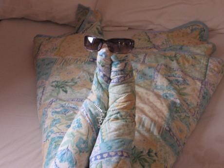 Zlatíčka,co? To mi na posteli(teda na gauči:)))) udělal yeden uklízeč...stačilo mu dát dolar....!2!!2!