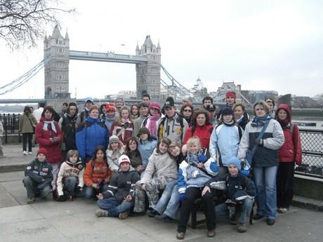Celá naše skupina s nádherným pozdím- Tower Bridge