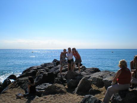 s holkama na pláži...