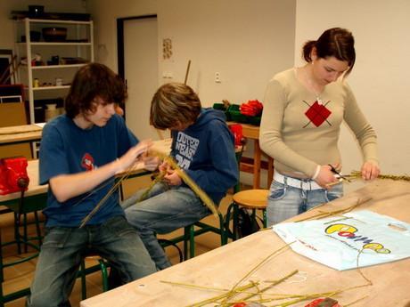 pletení pomlázky....Martin,Lukáš a Macík