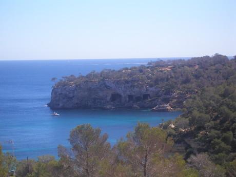 jeskyne...můj první výlet na pláž, kde jsme o pár měsíců později koupili půl litru vody za 3 eura