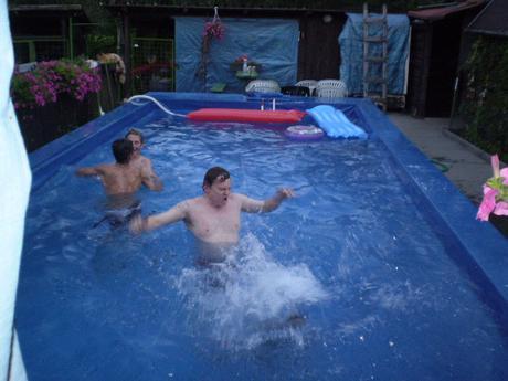 Bazén na zahradě.ha  tu mi jdou videt svaly na zádech !2! !2! !2! !2! !2!