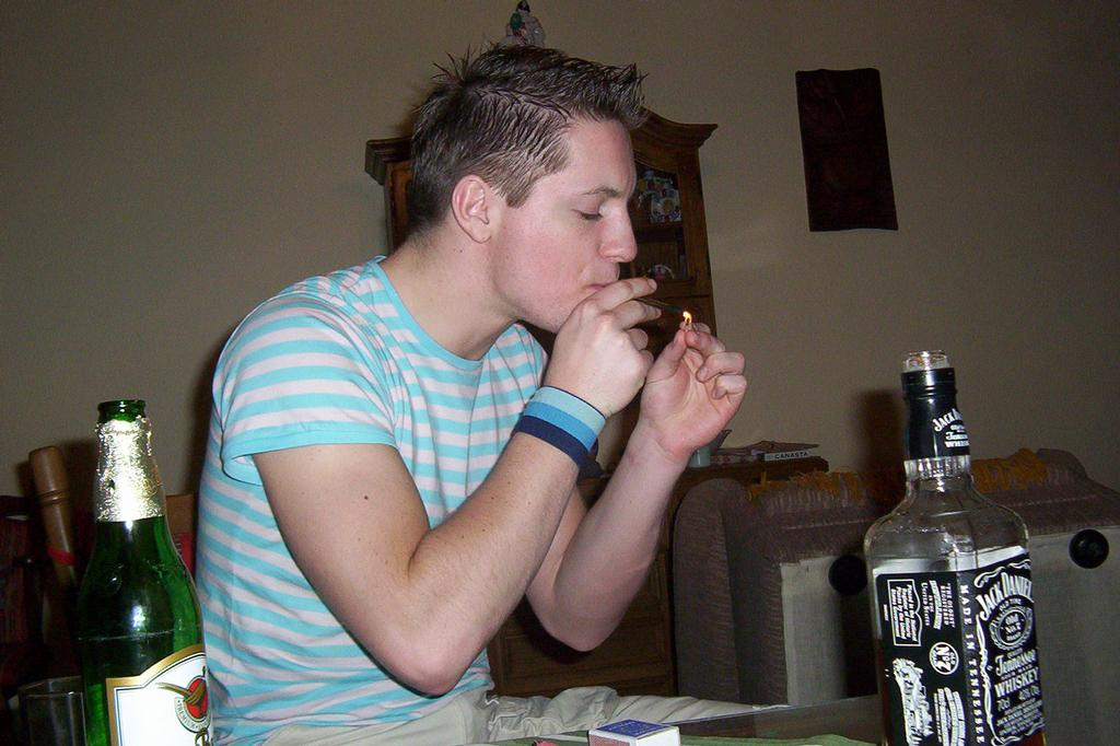 Drogy jsou špatné...ááááááno...jednou za rok si i já dám trošku THC do krve !12!. P.S. Skrytá reklama na jeden alkoholický nápoj !1039!