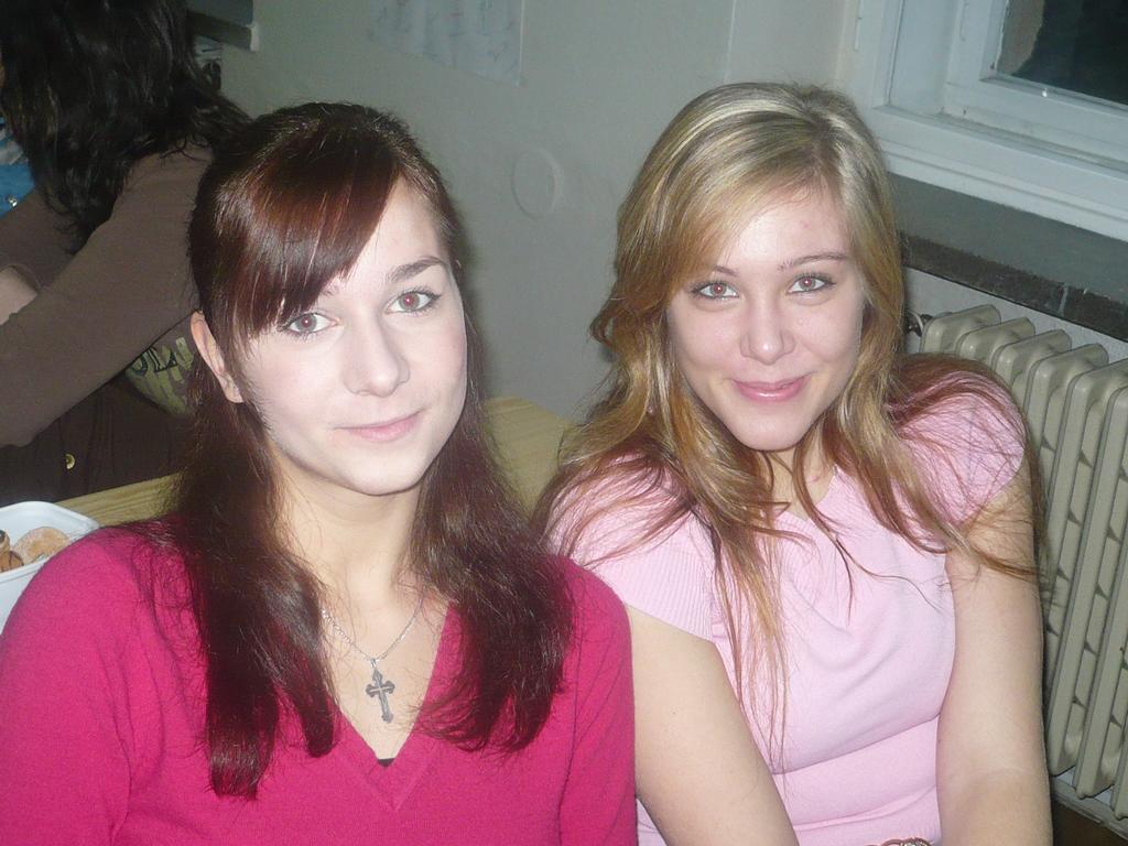Liduška a Marta  to sou holky co sedí před náma a za Martou kousek mě jak sem otočená !11!