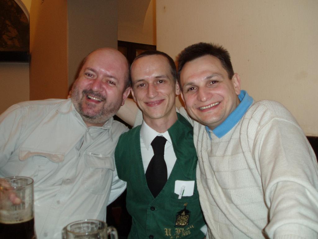 s propuštěným politickým vězněm, kandidátem na prezidenta Běloruska Andrejem Klimovem U Fleků  !651!
