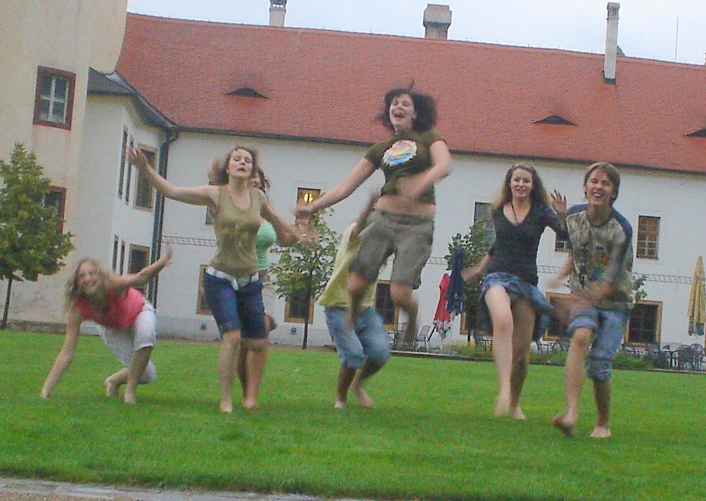 Tak to sme byli na trávě...:D a bylo to v Litomyšli..:D tráva dobrá...fontánka dobrá :D