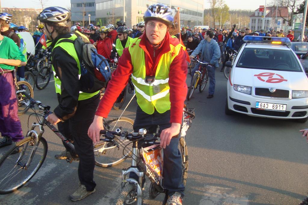 velka jarni ciklojizda 17 04 2008 cikliste jedou a j sou u libenskeho mostu ktery hlida policie a dispeceri dp