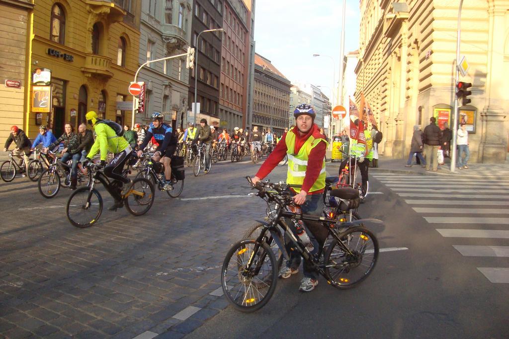 velka jarni ciklojizda 17 04 2008 cikliste jedou a jsou na namesti miru a ja hlidam s kolegou prvni krizovatku