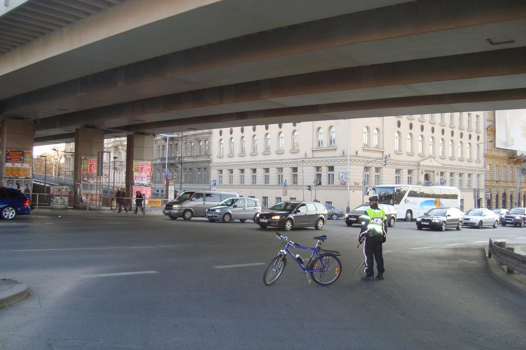 velka jarni ciklojizda 17 04 2008 cikliste jedou a jsou na namesti miru a ja hlidam s kolegoua policajtem druhou  krizovatku bulhar