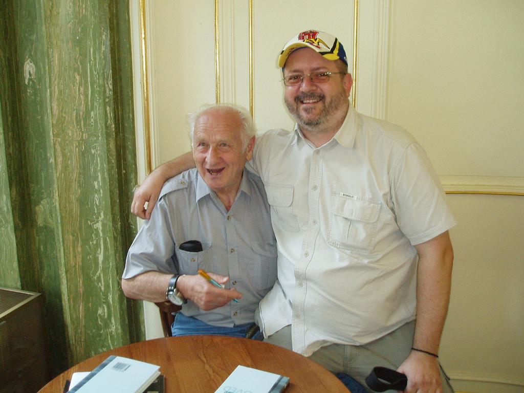 Na klíně svému nejoblíbenějšímu spisovateli-Arnoštu Lustigovi !1!