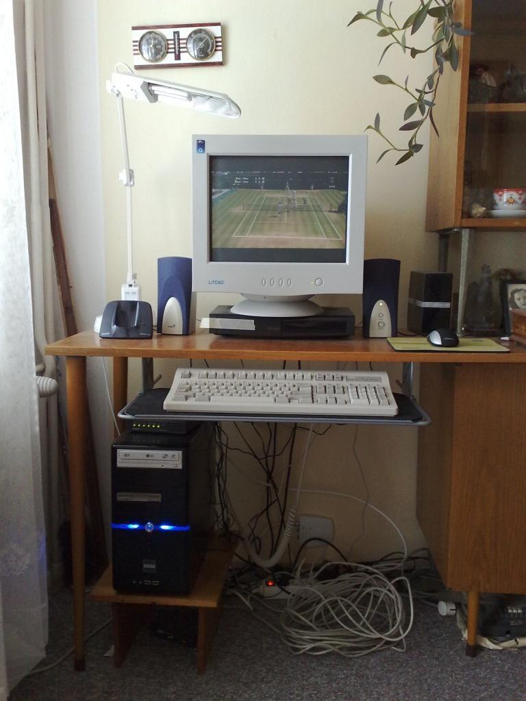 Takhle můj staronový stroj (alias přerostlý netbook) vypadá, zainstalován, v provozu. Na stroji mám nainstalována Wokna XP a Linux Kubuntu. Dokonce se mi zdá, že tam funguje a používá se lépe Linux než Windows.
