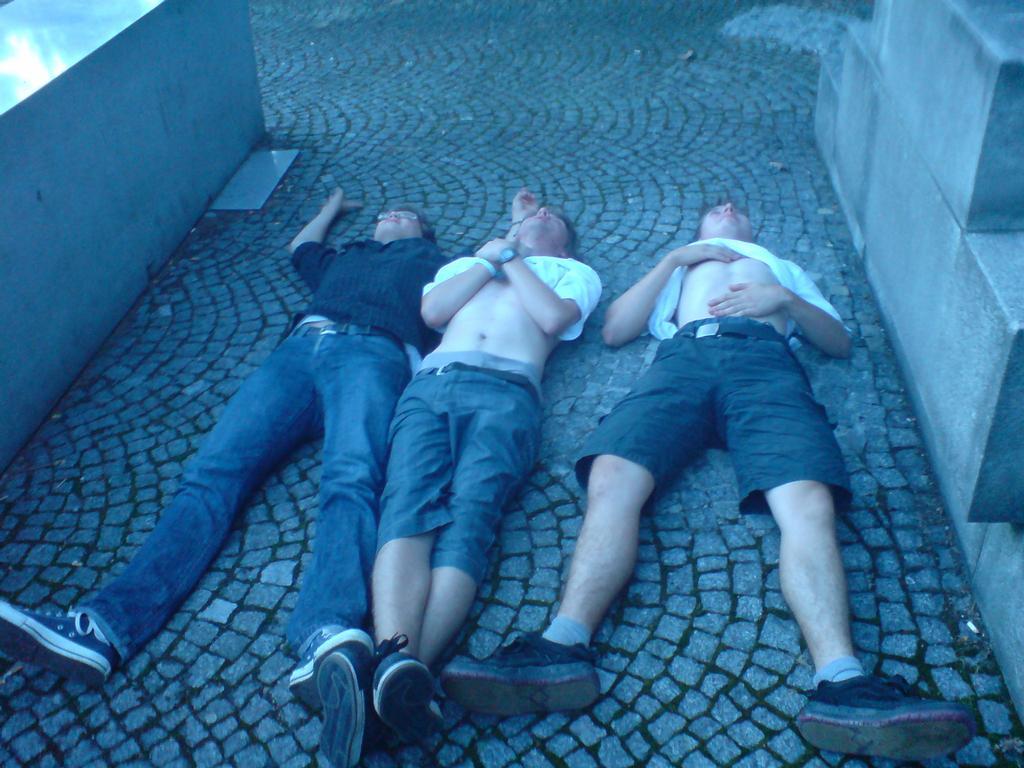 náš pravidelný odpočinek.. zleva: David, nějaký neznámý borec a Lukáš .. vivat hip hop  !1388!  !27!
