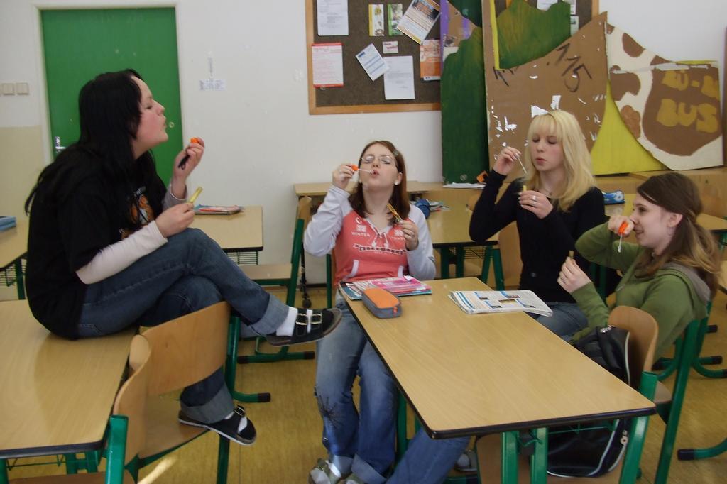 Dárek od naší bejvalé učitelky ze základky....Bublifuk!!!!Tak holky,pěkně foukejte...!!!Ať sou bublinky...Jůůůů!!!! !2!