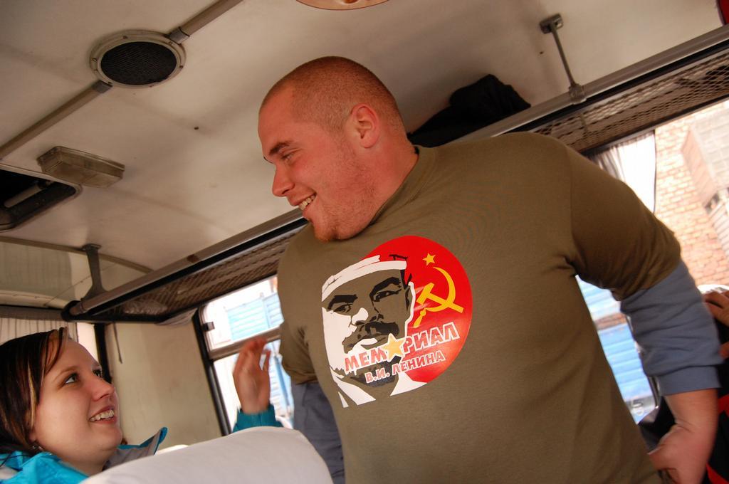 Novis si zakoupil a nebyl s??m triÄ?ko s podobiznou Lenina a hned se n??m v nÄ›m uk??zal! a ??e mu slu???! !385! !847!