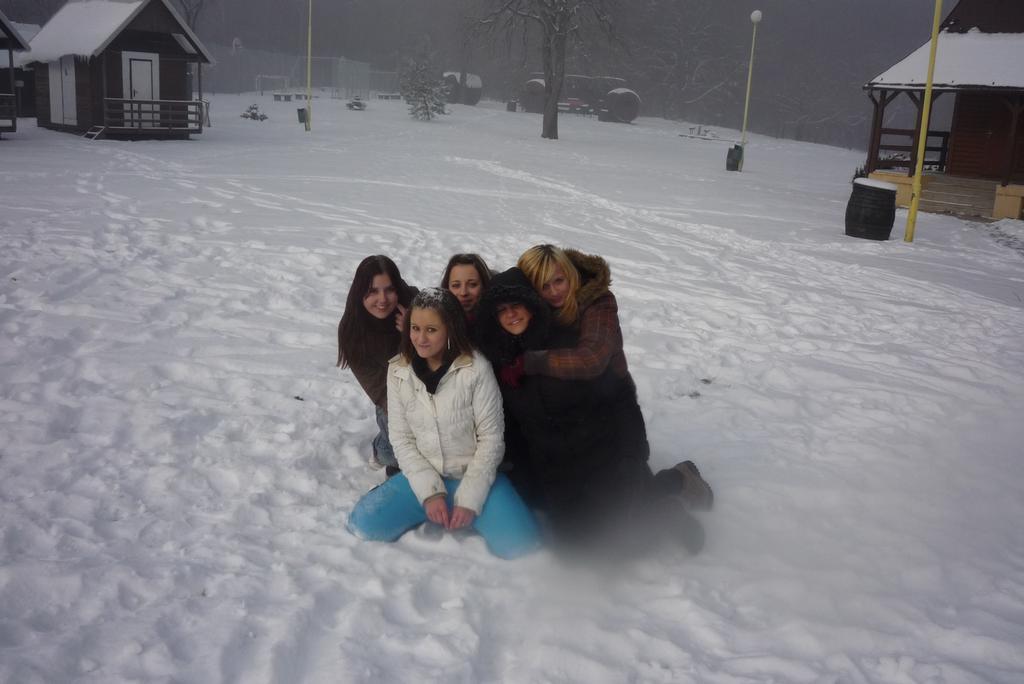 ranní válení ve sněhu:-)...vůbec sme nebyli mokry.... !1134!