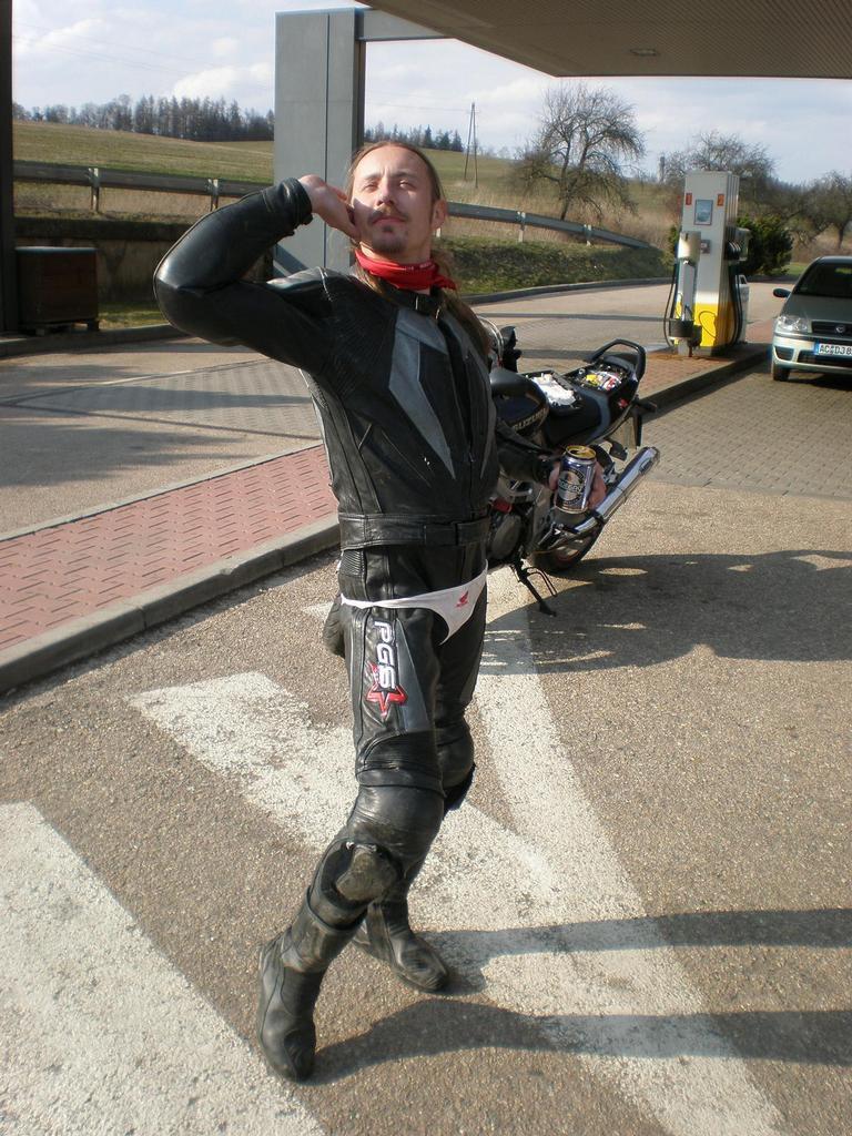 Správnej motorkář musí mít tanga jenže tenhle střelec to pochpil jinak... !20!