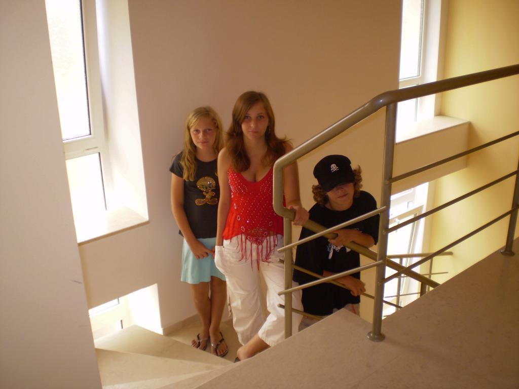 ja bratranek a sestřenka na schodech v hotelu Perun