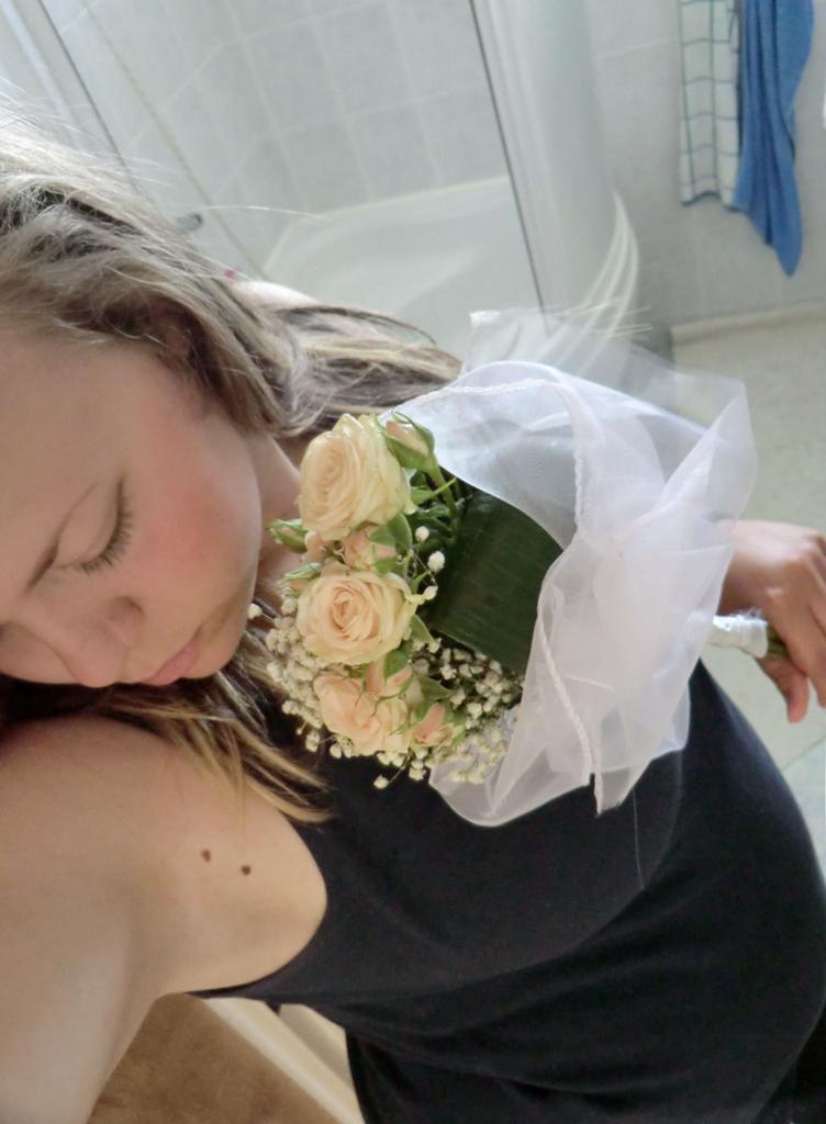 Kdo růže netrhal, neví, jak voní. Kdo lásku nepoznal, nevi, jak bolí.  !1267!