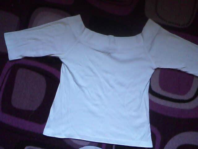 Bílé tričko s třičtvrtečním rukávem a s vystřihem po ramena . !1!