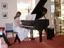 na klavírním představení....dělám...